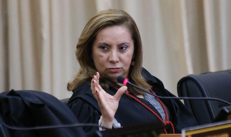 Justiça manda governador descontar falta de professores grevista e diz que movimento é ilegal