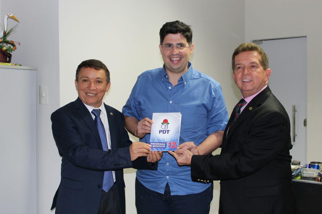 Vicente e Dallas se filiam no PDT de Amazonino Mendes