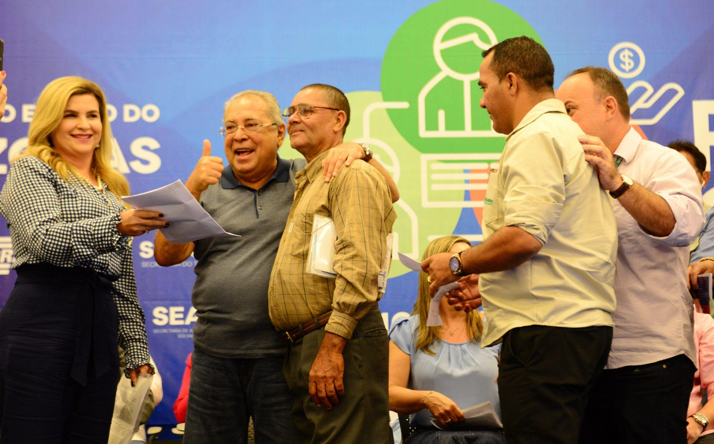Governador Amazonino Mendes entrega implementos mesmo com proibição do MPE