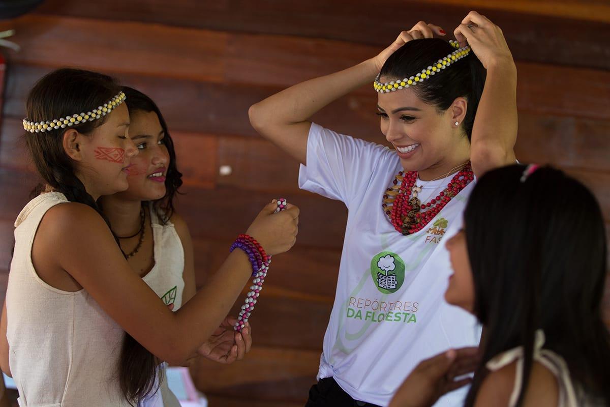 Miss Brasil Mayra Dias visita comunidade no Rio Negro e conhece o projeto Repórteres da Floresta, da FAS