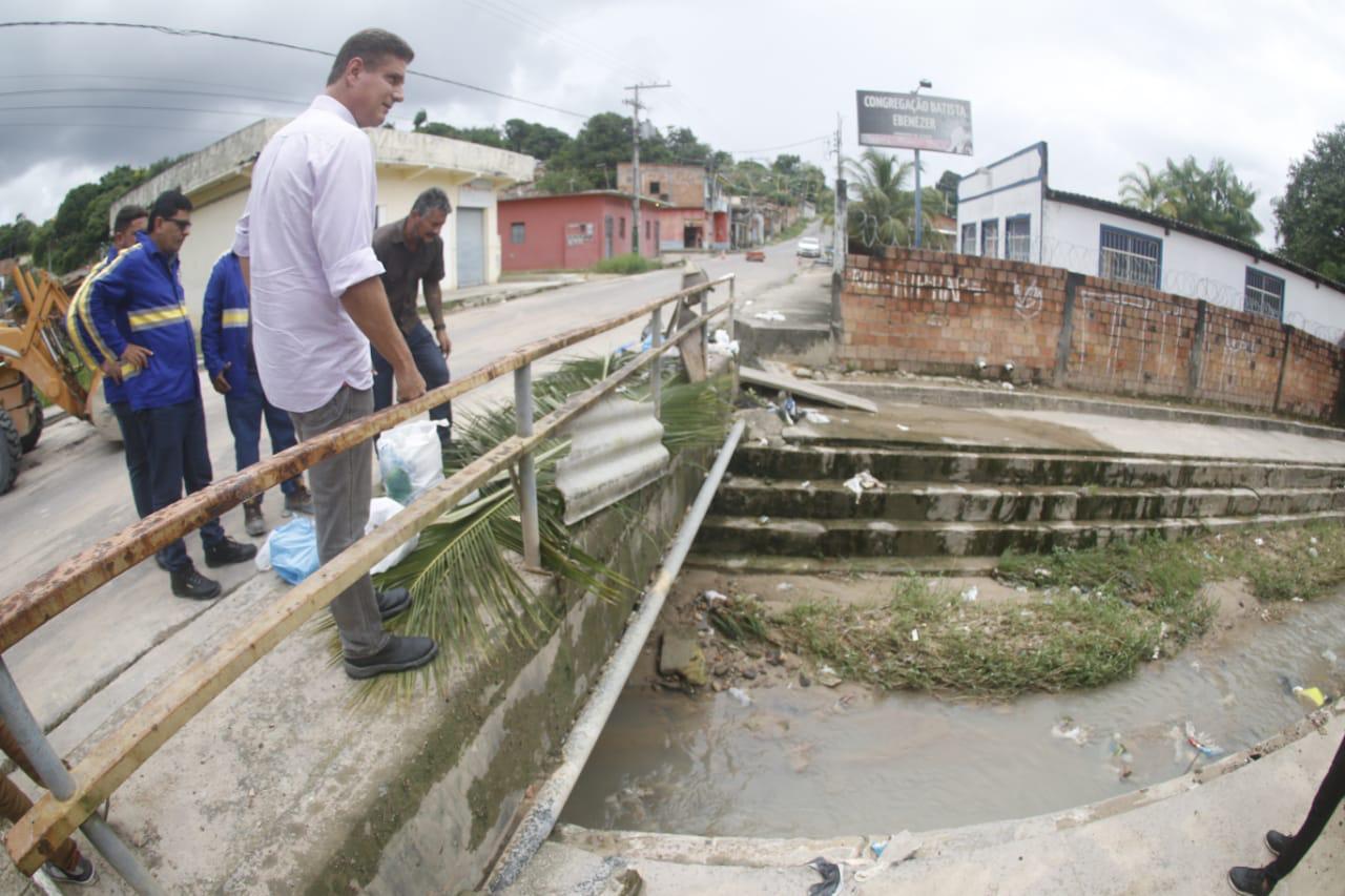 Parque São Pedro recebe serviços de drenagem e tapa-buracos