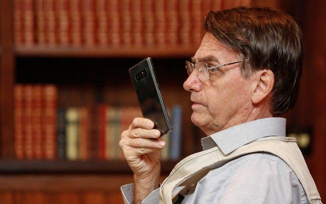 Carlos Bolsonaro veta acesso de seu pai, Jair Bolsonaro, ao próprio twitter