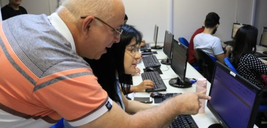 Segurados da Previdência estreiam laboratório de informática em aula de finanças