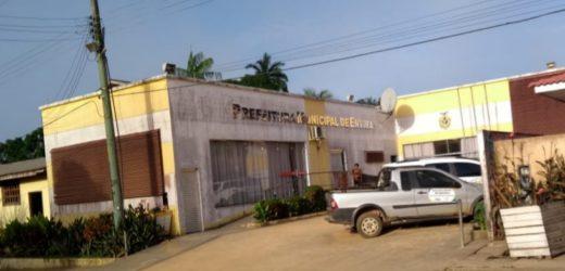 Justiça acata ação do MPAM e manda suspender pagamento de secretária municipal que acumulava cargos públicos, em Envira