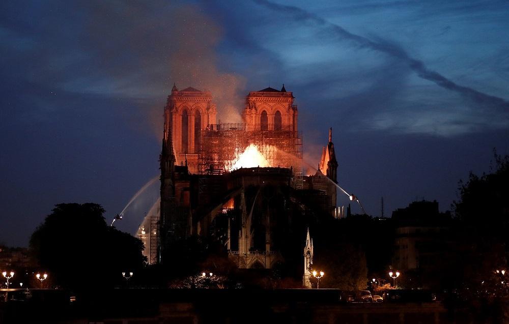França aprova lei para reconstruir Notre-Dame