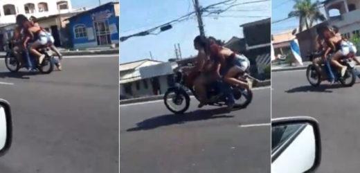 Motociclista e garupa são flagrados transportando homem morto em moto; veja