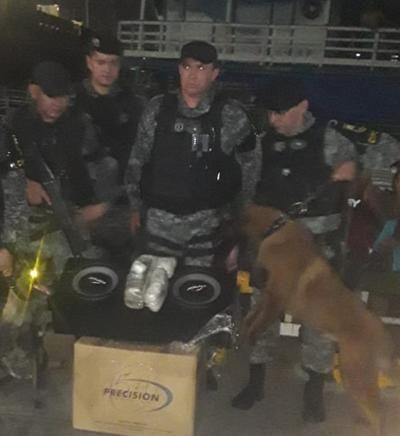 Em Manaus, polícia encontra caixa de som recheada de drogas em camarote de barco