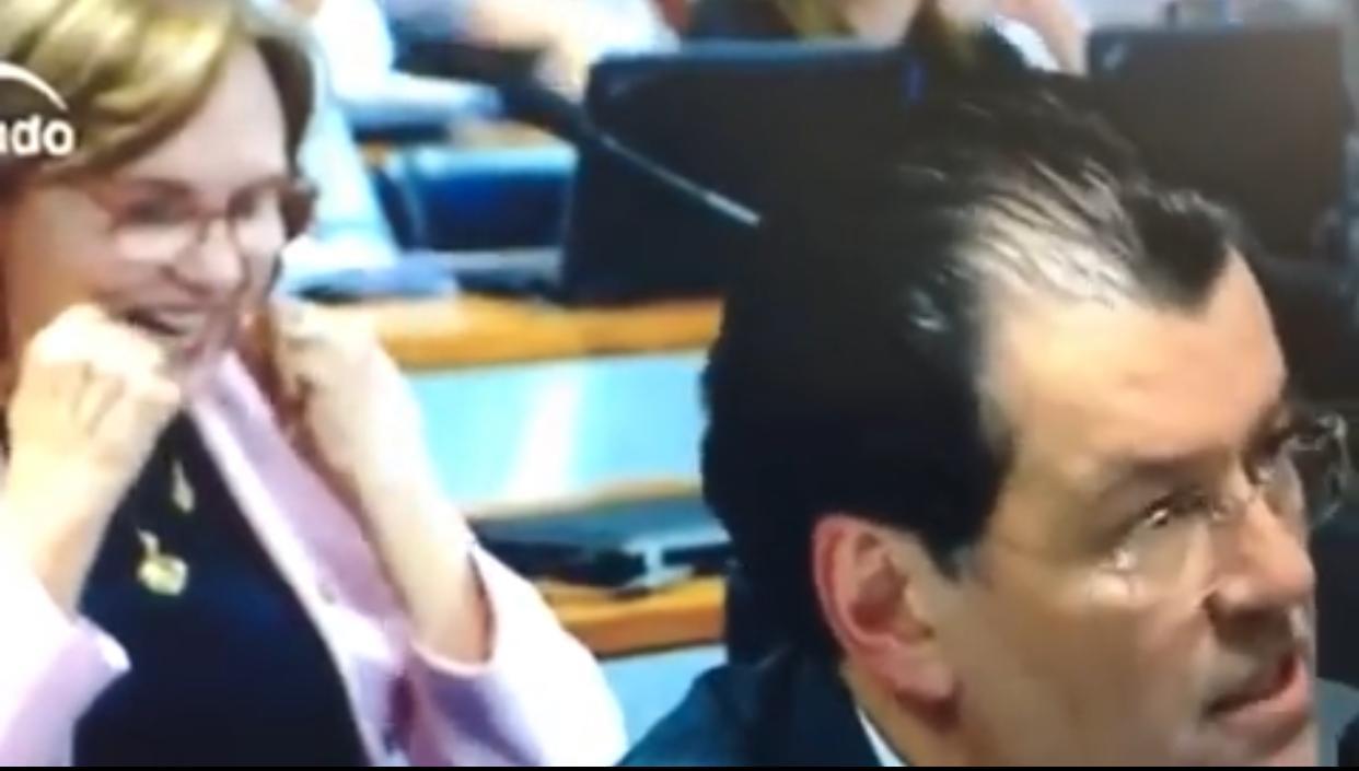 """Senadora """"limpa os dentes"""" durante discurso de colega Eduardo Braga (Veja o vídeo)"""