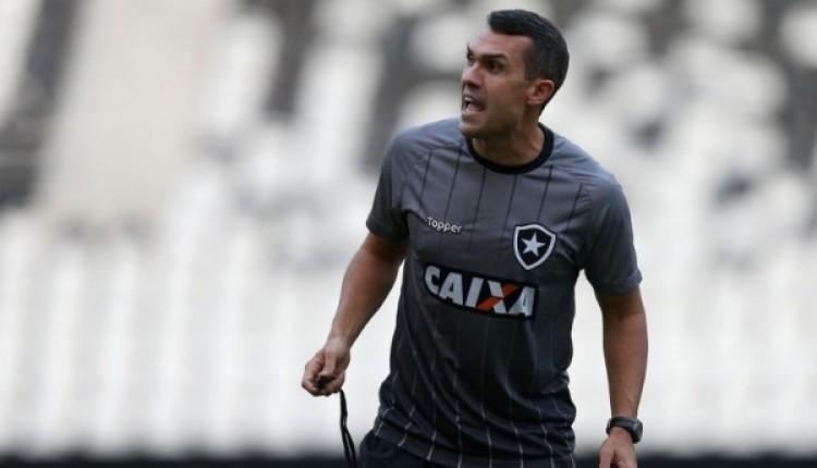 Bruno Lazaroni comanda o Botafogo contra o Goiás