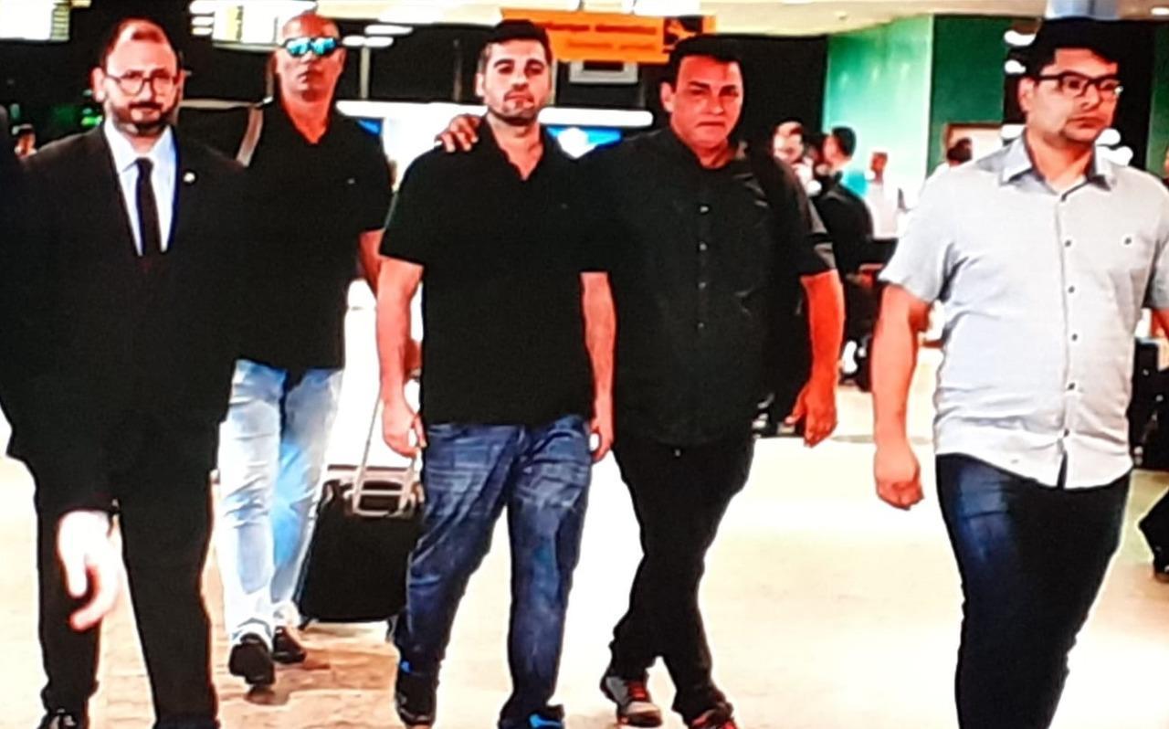 Alejandro Valeiko chega em Manaus escoltado por seguranças e advogados