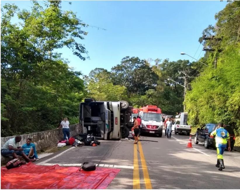 Adolescente morre e 12 ficam feridos em acidente com ônibus em estrada