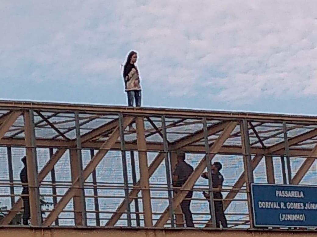 Mulher pede desculpas da família e se joga de passarela (veja o vídeo)