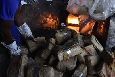 No Amazonas, polícia incinera 2 toneladas de drogas avaliadas em R$ 11 milhões