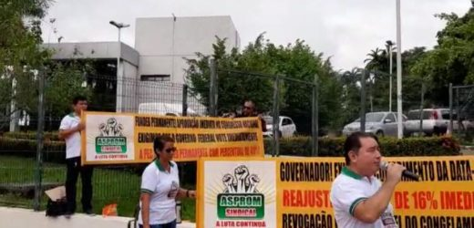 Professores reivindicam pagamento do reajuste salarial na Sede do Governo do Amazonas