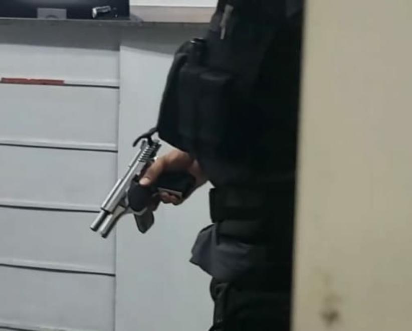 Em Manaus, homem surta e armado ameaça executar vizinhos no meio da rua