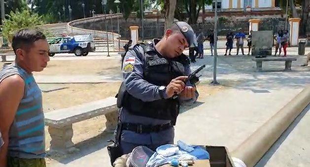 Bandido esconde arma e droga em buraco na praça do centro de Manaus (veja)