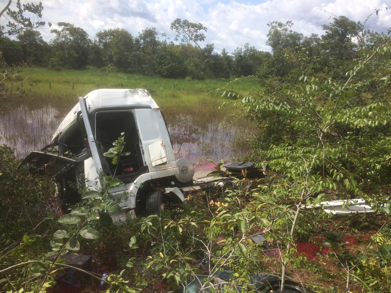 Caminhão tomba na BR-174 e motorista fica preso entre as ferragens