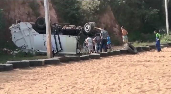 Caminhão do lixo desaba de barranco e três ficam gravemente feridas (veja o vídeo)