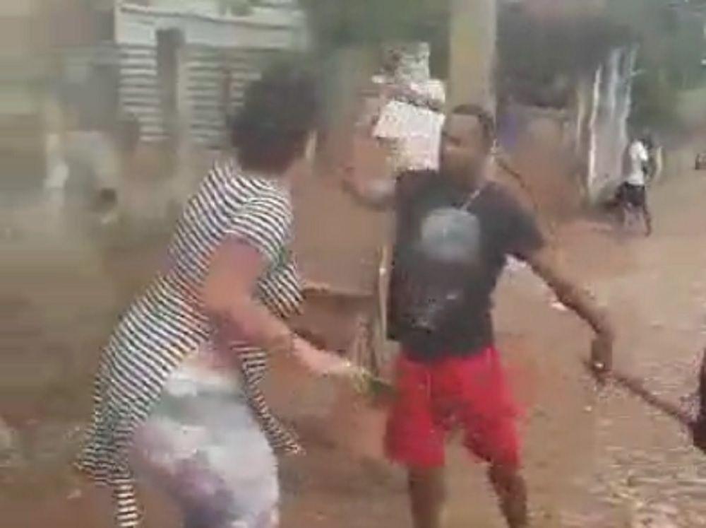 Mulher é agredida por populares após quebrar a perna da avó (Vídeo)