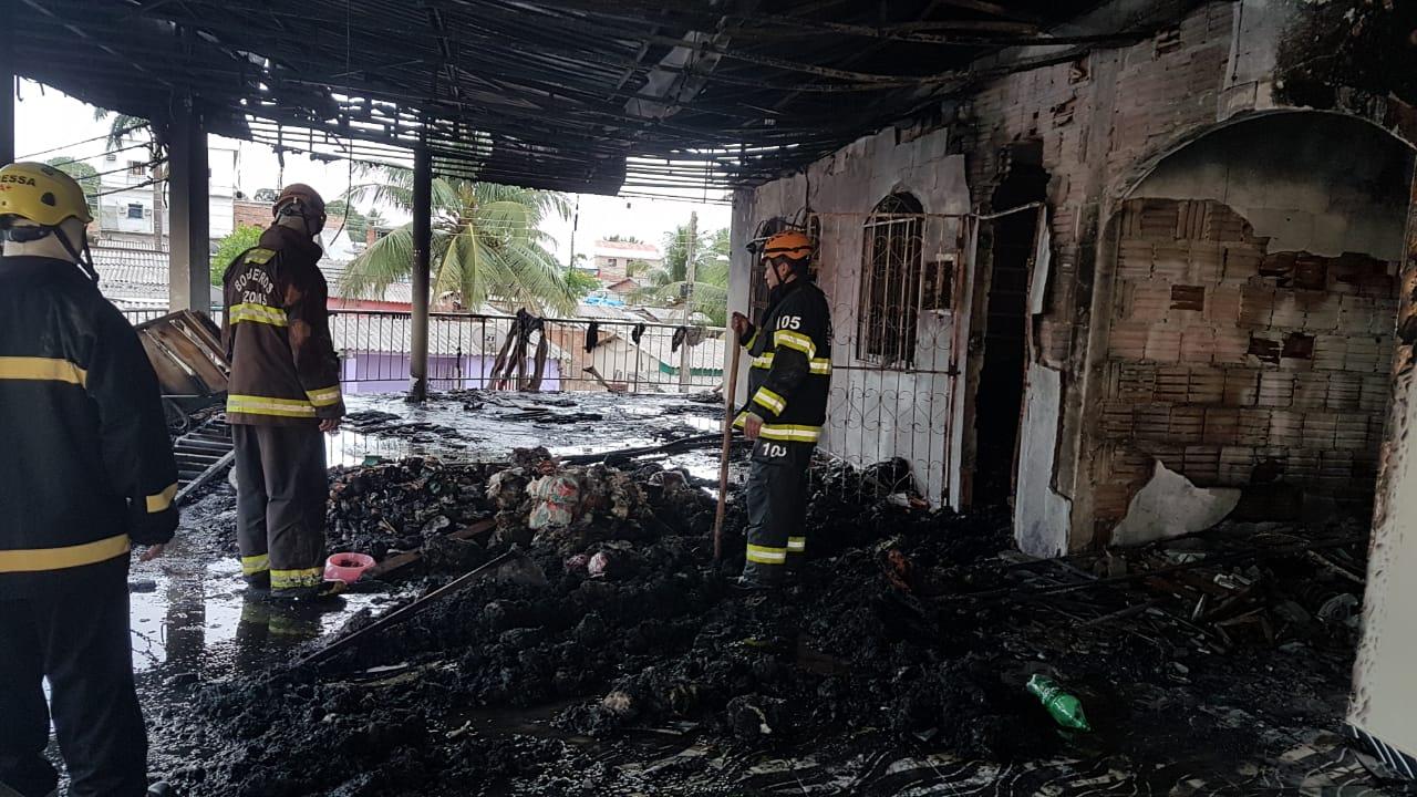 Mercadinho fica completamente destruído em incêndio de grande proporção