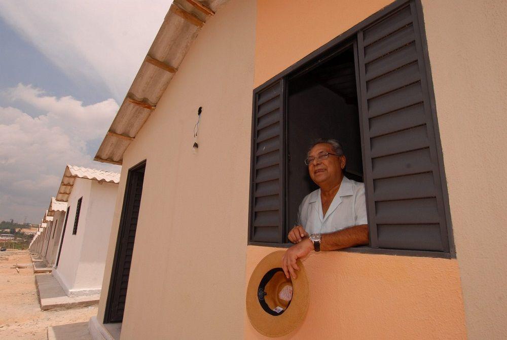 Amazonino vai implantar programas de direito à moradia em Manaus
