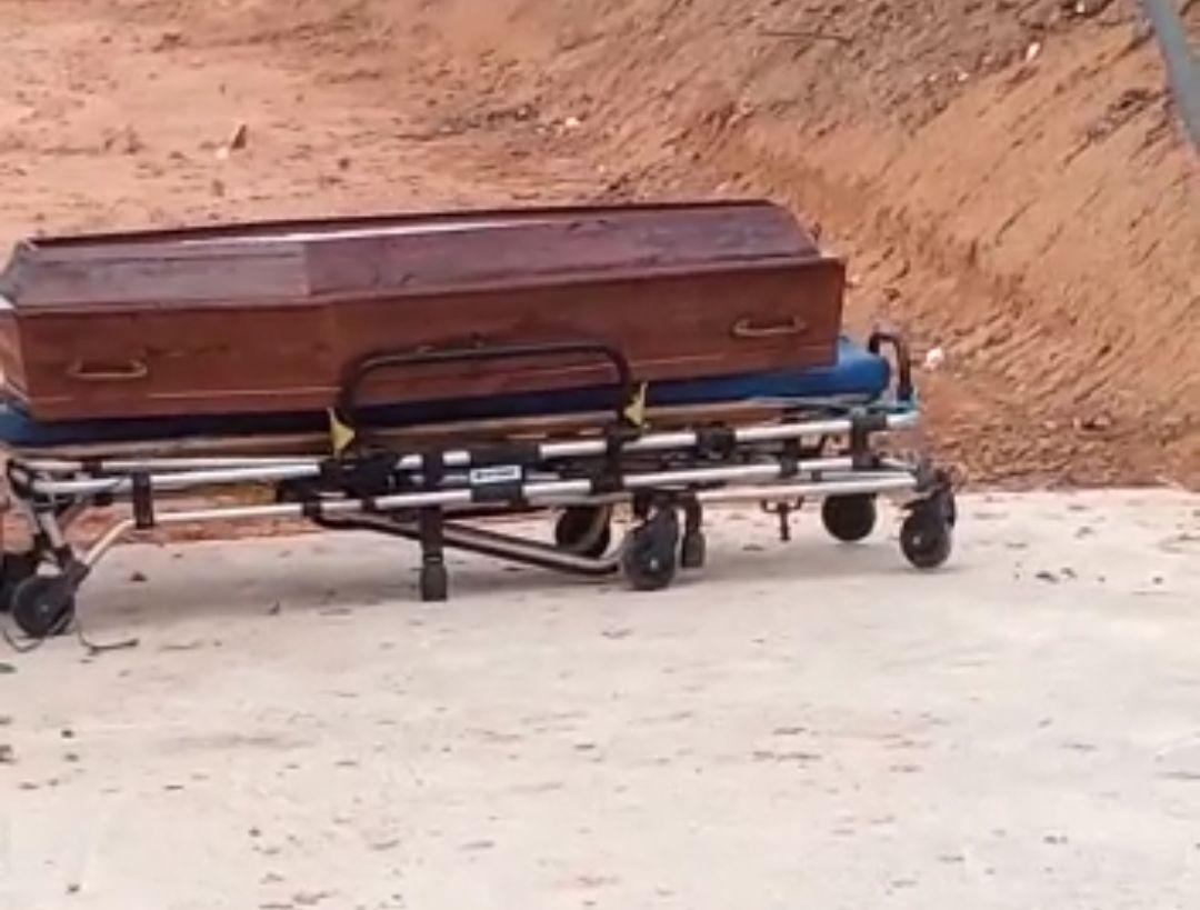 Caixão com corpo dentro é abandonado no cemitério em Tefé; assista