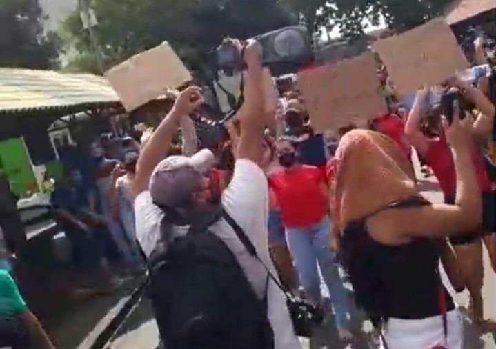 """Lojistas e trabalhadores se manifestam com gritos de: """"Queremos trabalhar"""" e """"Fora Wilson Lima"""""""