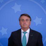 Bolsonaro diz chorar no banheiro de casa e que esposa o vê como machão