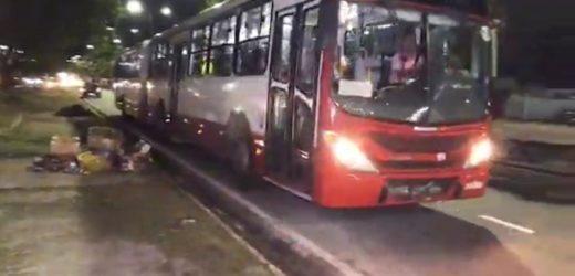 URGENTE: ônibus é assaltado em Manaus e vítima leva coronhada de bandido